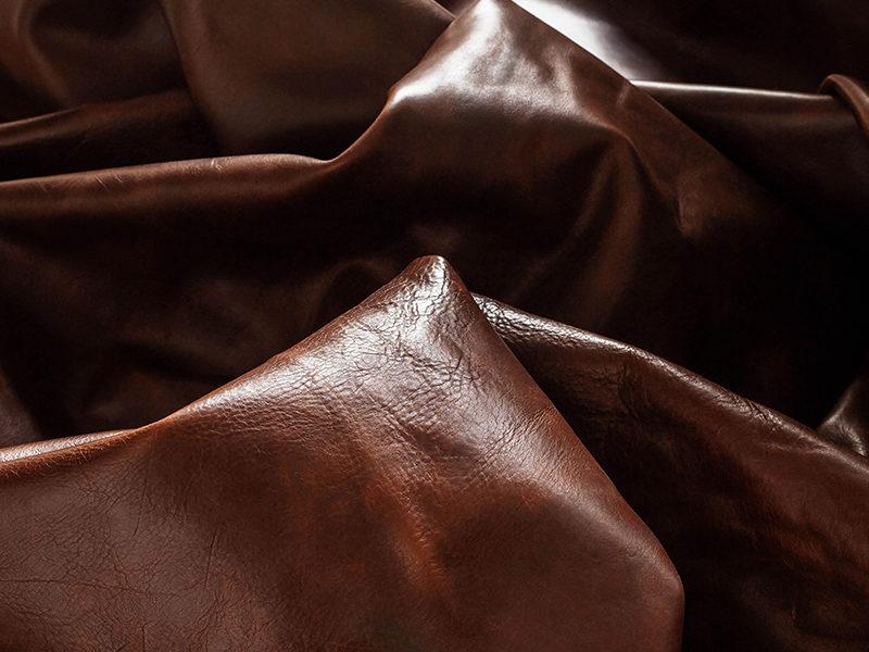 Die Verarbeitung von Leder zu einem Sofabezug